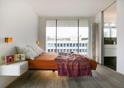 camera-da-letto-con-comodino-bianco